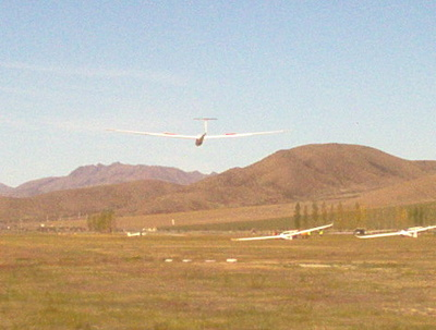 glider_landing_at_omarama_with_others_parked_up_400